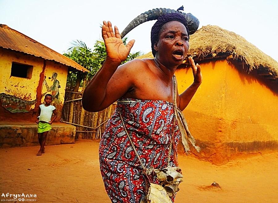 Kobieta w transie przemierza wioskę.