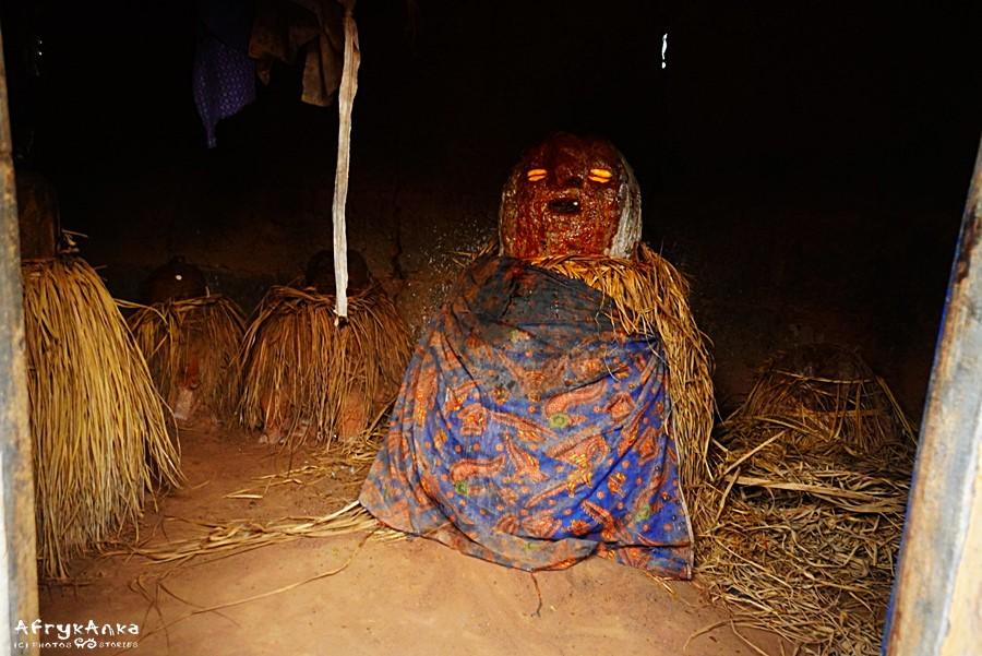 Bóstwo voodoo w wiosce.