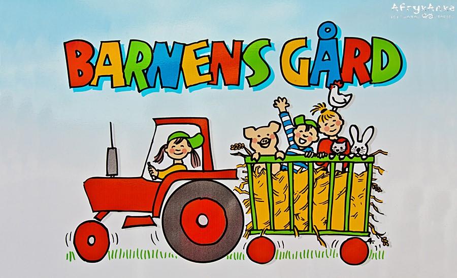 Park reklamuje traktor z przyczepą.