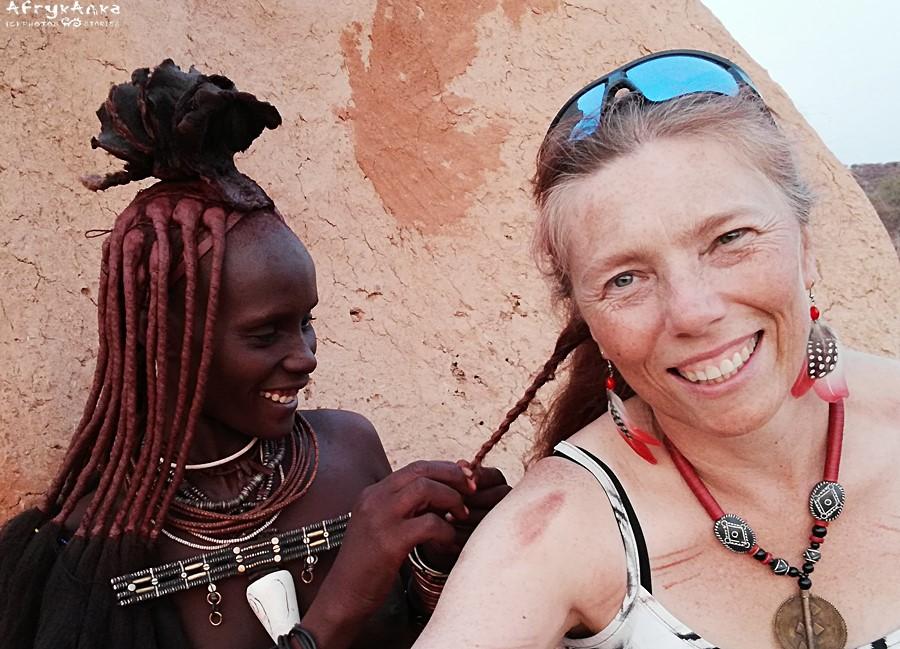 Zrobiłam sobie kolczyki z piórami perlic i flamingów, znalezionymi w Namibii.