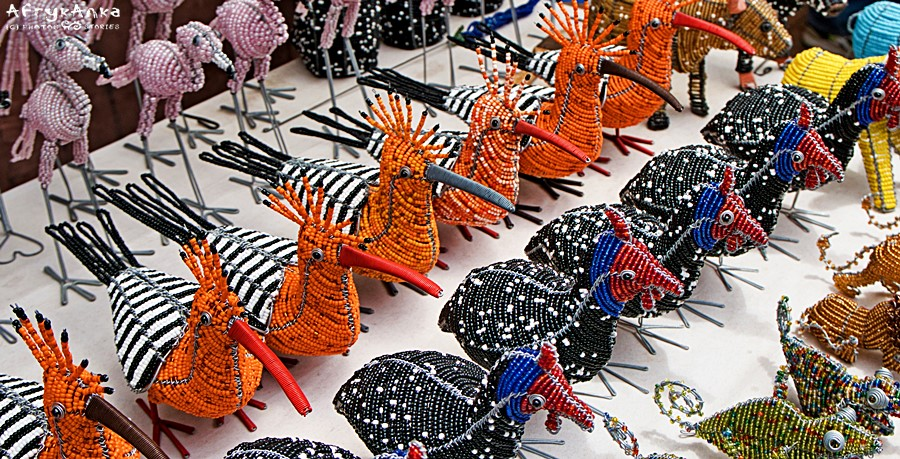 Flamingi, dudki, perlice - z koralików. (Namibia)