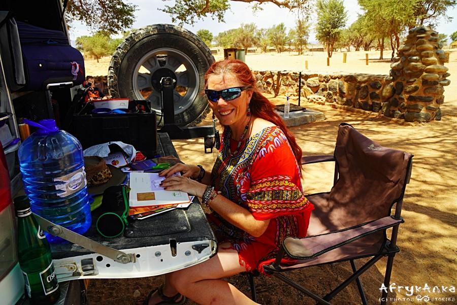 Sesriem, pustynia Namib. Klapa auta to idealne biurko do pracy :)