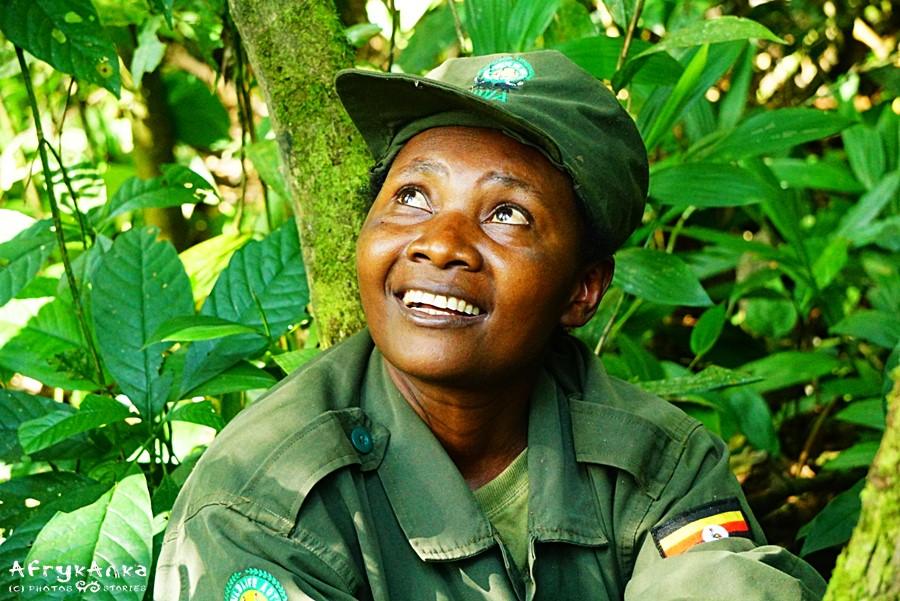 Strażniczka podczas wędrówki w poszukiwaniu szympansów (Uganda).