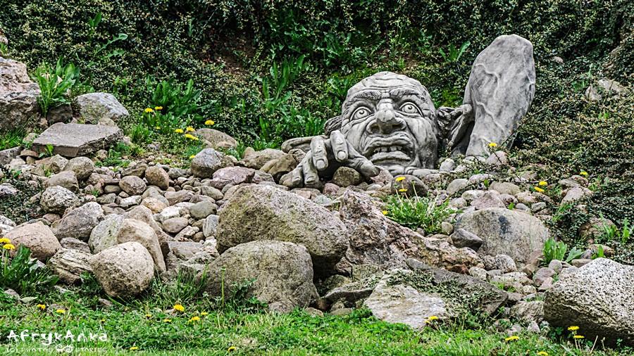 Skandynawskie trolle wystają spod ziemi.