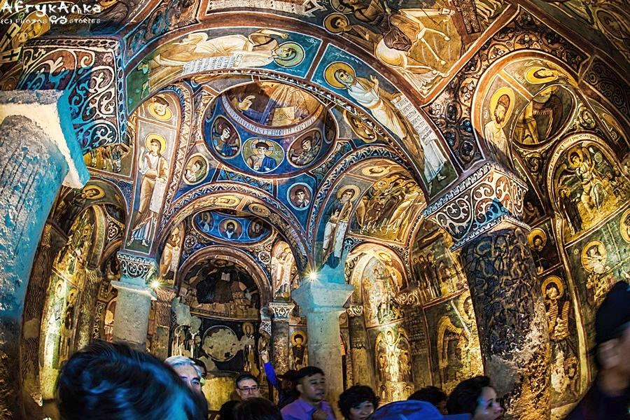 Ciemny Kościół zachwyca freskami.