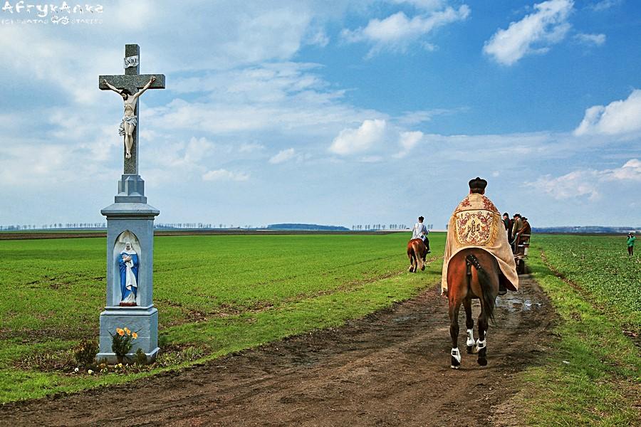 Ksiądz też musi jeździć konno!