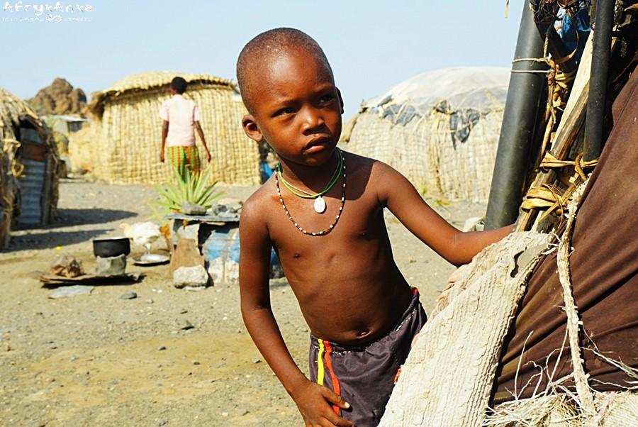 Dla tego chłopca wioska jest całym jego światem.