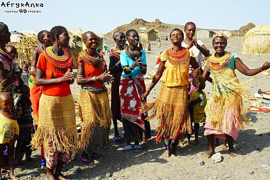 Kobiety cieszą się ze spotkania (i mają nadzieję, że coś kupimy!)