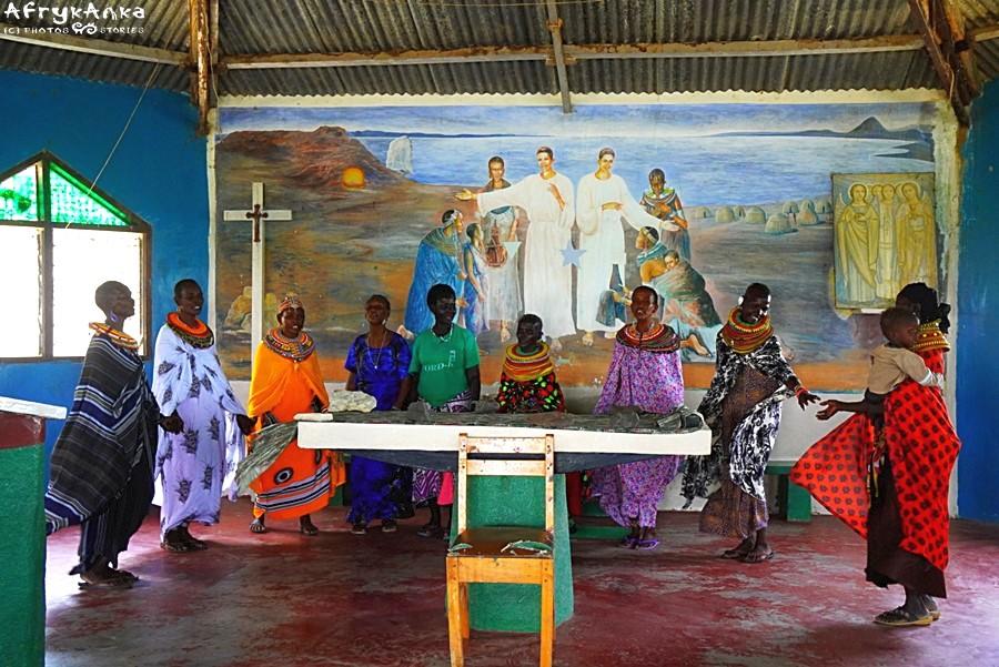 Kobiety tańczą wokół ołtarza.