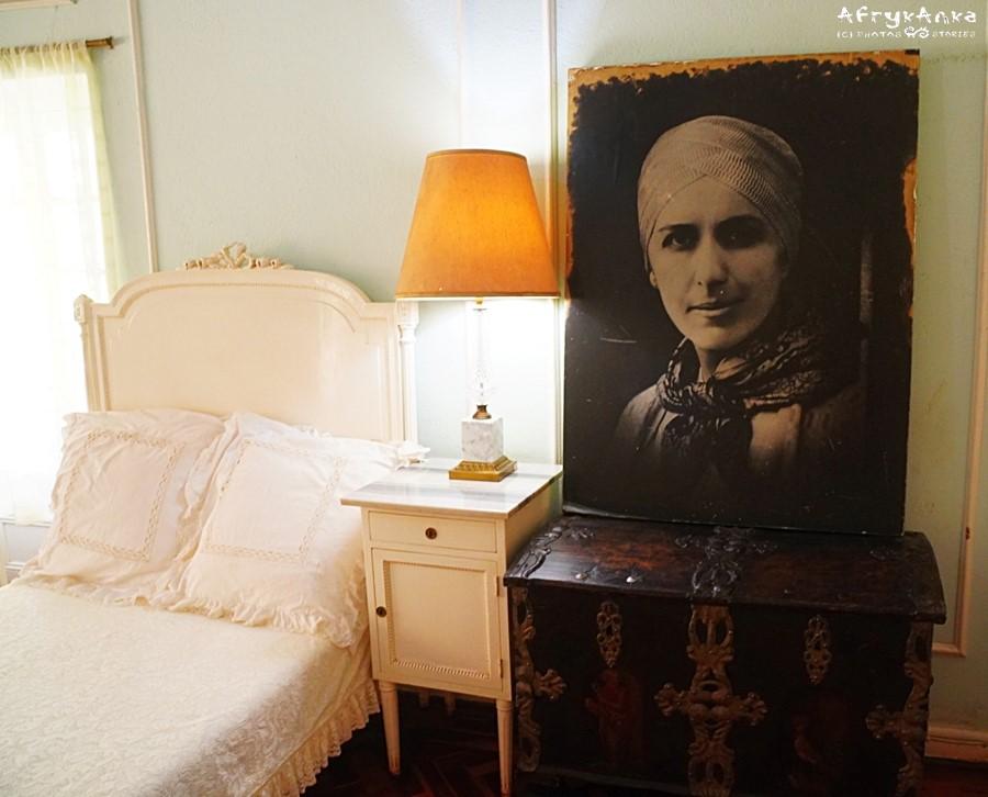 Sypialnia i ostatnie zdjęcie baronowej zrobione w Afryce. To samo zdjęcie wykorzystano potem na znaczkach w Danii.