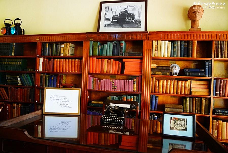 Salon - książki były scenografią filmową.