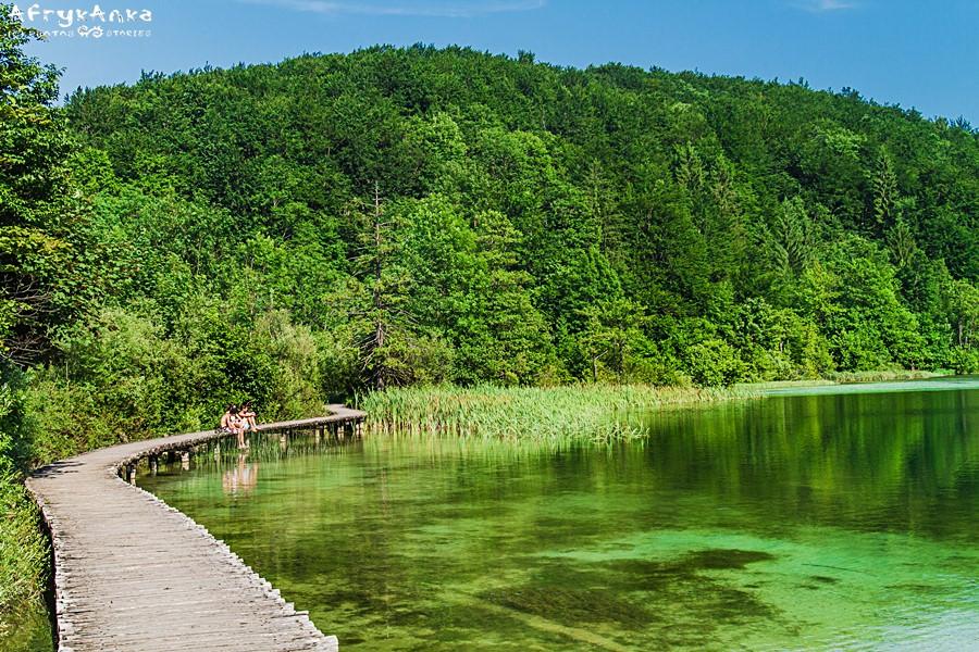 Jeziora zwiedza się spacerując kładkami.