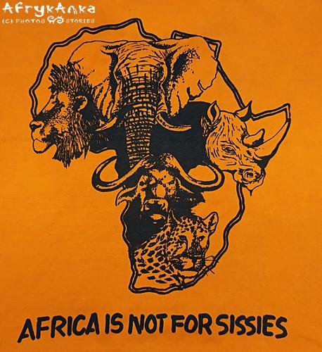 """""""Afryka nie jest dla cieniasów"""" - głosi napis na podkoszulce."""