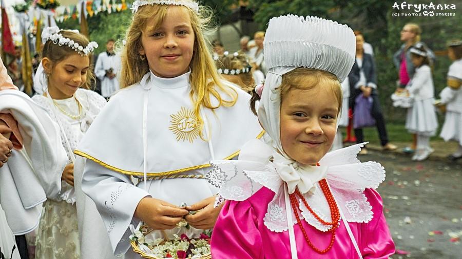 Tradycyjne stroje noszą też młode Biskupianki.