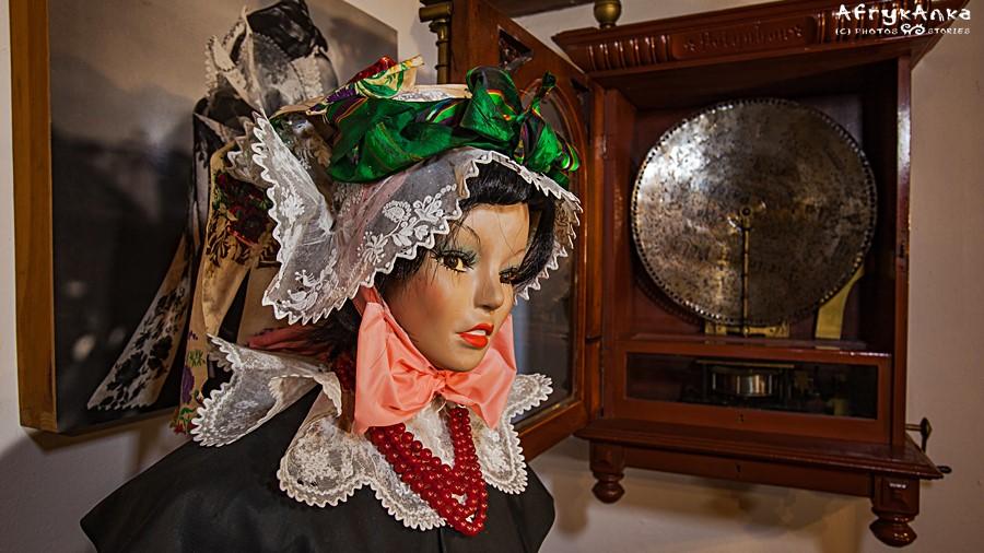 Grabonóg - w muzeum zobaczymy piękne tradycyjne stroje.