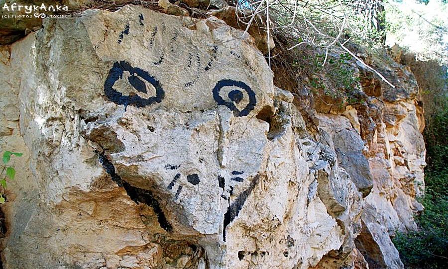 Artystyczne zwierzaki skryte w skałach.