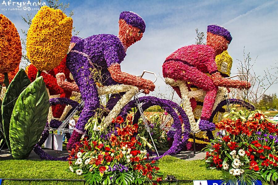 Rowerzyści z kwiatów na wiosennej paradzie Bloemencorso.