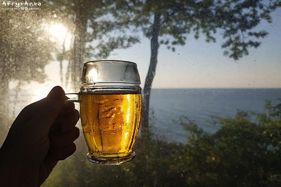 """Zasłużone piwo w restauracji """"Sunrise""""."""