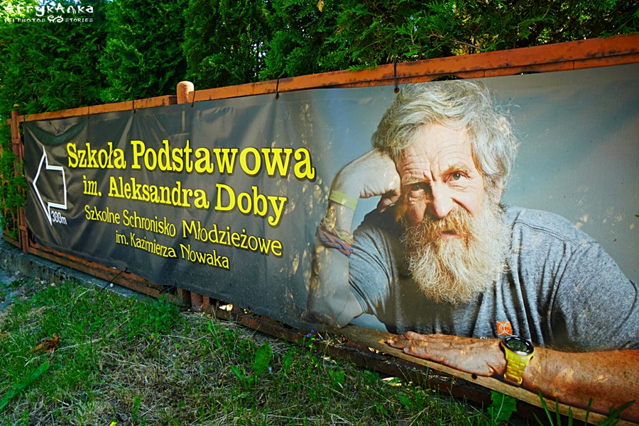 W wiosce wita nas plakat z Olkiem Dobą...