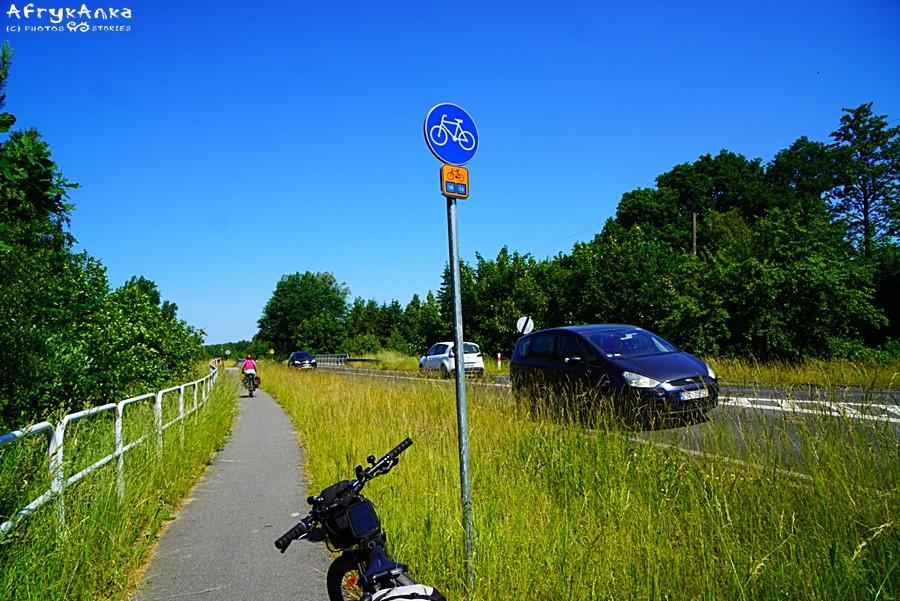 Czasem trasa rowerowa prowadzi wzdłuż głównej drogi.