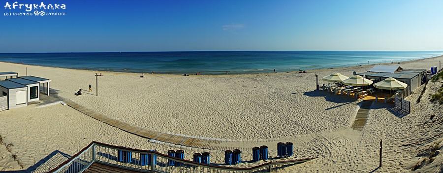 Panorama plaży - po prawej kawiarnia.